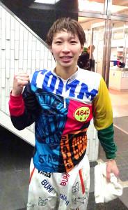 G1初勝利を挙げた松尾は水神祭をしてガッツポーズ