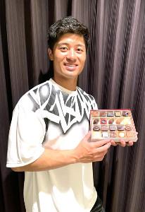 夫人にプレゼントされた「モロゾフ」のチョコレートを持ち込んだ坂本(本人提供)