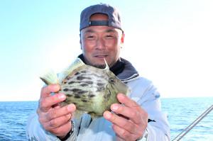 終盤、タタキ釣りでカワハギを立て続けに上げた内田さん(はるひら丸で)