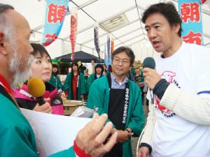 ラジオ・チャリティ・ミュージックソンで陸前高田市を訪れた村上(IBC岩手放送提供、2011年撮影)
