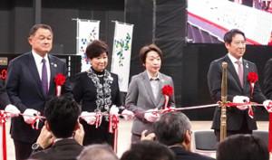 昨年の2月、有明アリーナ完成式典でテープカットする(左から)山下JOC会長、小池都知事、橋本五輪相、鈴木スポーツ庁長官(当時)