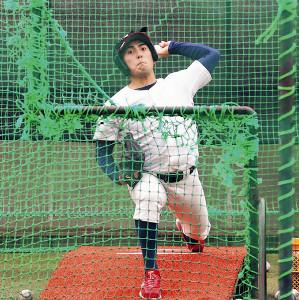 室内練習場で打撃投手を務める仙台大・長久保滉成