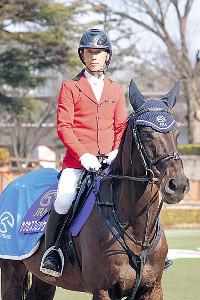 誘導馬を引退するサクセスブロッケンに騎乗する葛原さん