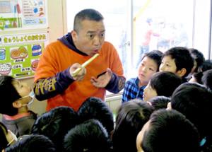 石巻市の小学校でそばをすする落語のしぐさを披露する林家たい平(2011年4月=本人提供)
