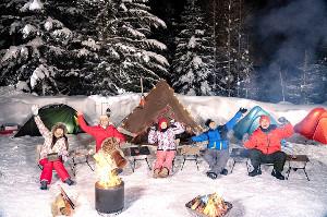 雪中キャンプを楽しむ(左から)鷲見、西村、稲村、ティモンディの前田、高岸