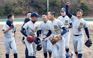勝利を飾り喜ぶ和歌山田辺ナイン