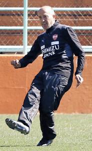 終了間際の練習で自らクロスボールをあげたJ1清水のロティーナ監督