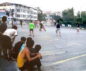 ストリートサッカーを楽しむミャンマーの人たち