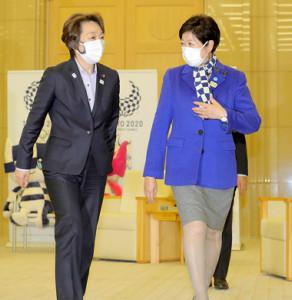 東京都庁を訪れ、小池百合子知事(右)と会談した橋本聖子組織委会長(カメラ・池内 雅彦)