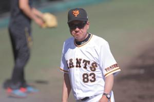 4回、厳しい表情を見せながら球審に交代を告げた原辰徳監督