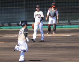 2回1死一塁、横尾俊建(左)に左越え2ラン本塁打を浴びた横川凱(捕手・小林誠司)