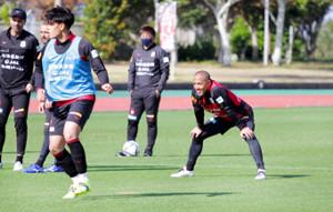 居残り練習する若手の様子を見守るJ1札幌MF小野伸二(右)