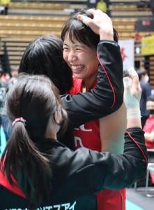3位決定戦に勝利しチームメートに迎えられる古賀紗理那