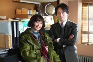 嵐がグループ活動休止して以降、初の俳優業となる櫻井翔(右)とポンコツ探偵をフォローする天才助手を演じる広瀬すず