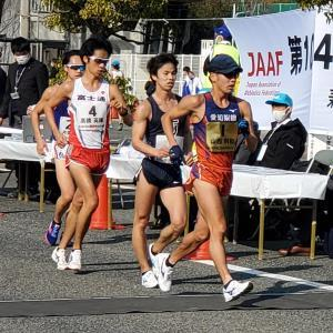日本選手権競歩20キロで先頭を引っ張る山西利和(右)。中央が池田向希、左が高橋英輝(カメラ・細野友司)