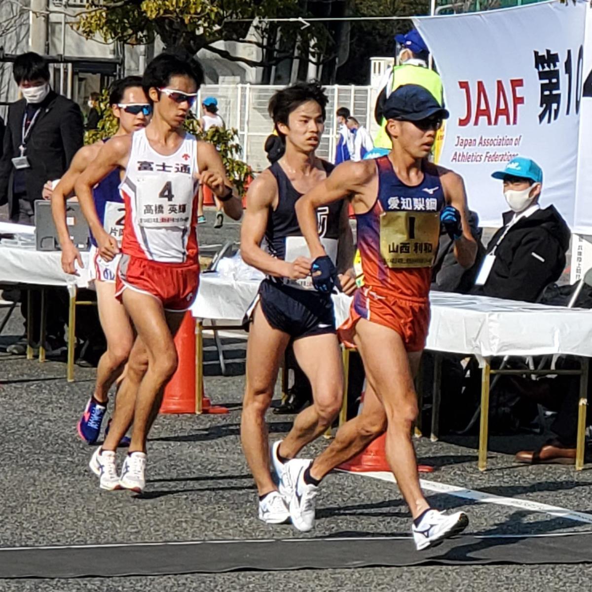 日本選手権競歩20キロで先頭を引っ張る山西利和(右)中央が池田向希、左が高橋英輝。(カメラ・細野友司)