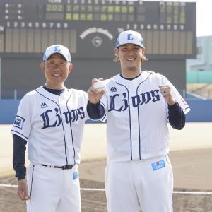 開幕投手を務める西武の高橋光成投手(右)と笑顔を見せる辻発彦監督