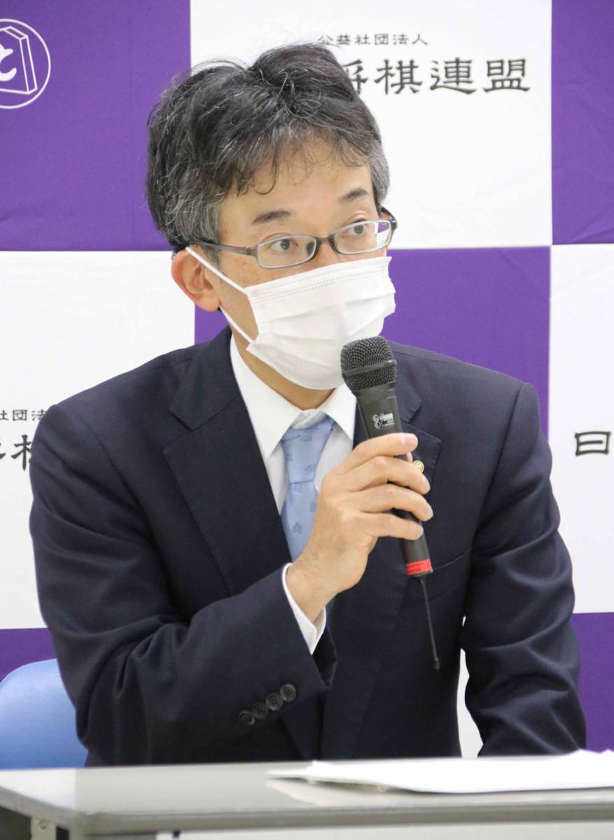 臨時総会後、会見する佐藤康光九段