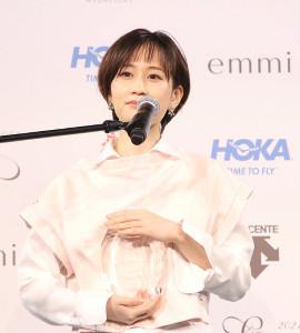 「スニーカーベストドレッサー賞」を受賞した前田敦子