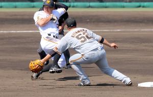3回1死一塁、二盗を決めた梶谷(左)(二塁手は北村=カメラ・山崎 賢人)