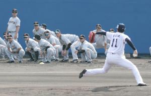 打撃投手を務めたヤクルト・奥川恭伸の投球を見つめる巨人ナイン