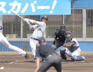 1回2死一、三塁、大城卓三が右前適時打(捕手・西田明央)