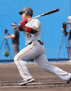 1回2死一塁、岡本和真が安打を放つ