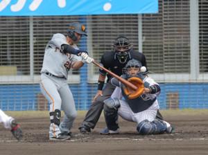 2回1死一、二塁、吉川尚輝が左前適時打(捕手・西田明央)(カメラ・相川 和寛)