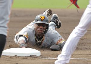 1回2死一塁、岡本和真の安打で三塁へヘッドスライディングのウィーラー(カメラ・橋口 真)