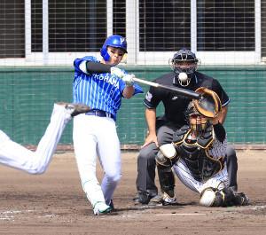 4回無死一、二塁、佐野恵太が逆転の中越え3ラン本塁打を放つ(捕手・坂本誠志郎)