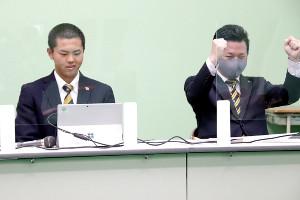 島貫主将(左)がセンバツの選手宣誓の当たりくじを引き当て、ガッツポーズを見せる仙台育英の須江監督
