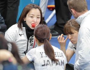 2018年の平昌五輪、イチゴを食べながら作戦会議を行う(左から)藤沢五月、吉田夕梨花、鈴木夕湖