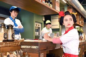 25日放送の「江戸モアゼル」第8話の一場面。蔵地(葉山奨之、左)と仙夏が勤務するカフェ「蔵」に危機が訪れる(読売テレビ提供)