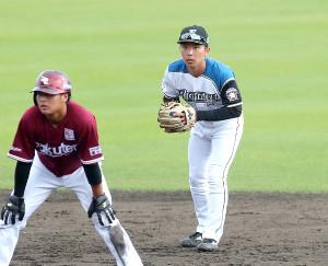 9回、遊撃の守備につく上野響平(右)。左は黒川