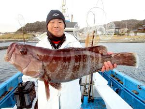 自己記録となる4.65キロのマハタを釣り上げた松井さん(竜一丸提供)
