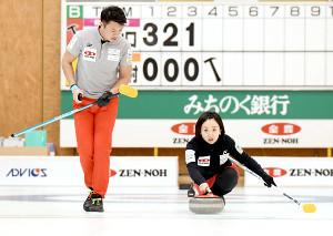 ストーンを投げる藤沢五月(右)と山口剛史(提供:JCA IDE)