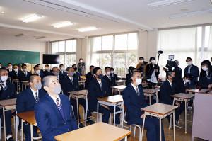 教室でスクリーンに映し出される抽選を見守る三島南ナイン