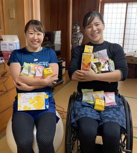 1月、沖縄で再会した梶原悠未(左)と瀬立モニカ(提供写真)