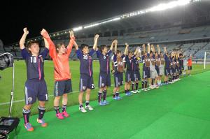 12年8月のU―20女子W杯、宮城スタジアムで行われたメキシコ戦で勝利しサポーターに挨拶をするU20日本女子代表イレブン