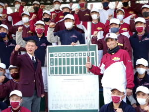 島田監督(中央右)、田辺主将(同左)を中心にセンバツでの健闘を誓う常総学院ナイン