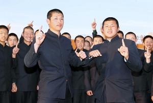 対戦相手が決まりやる気を見せる市和歌山・小園(手前左)、松川主将(同右)ら市和歌山の選手ら