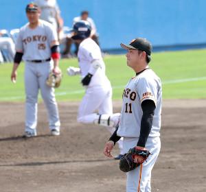 2回2死二塁、山田(後方)に左越え2ランを打たれた先発の平内(三塁手・岡本和)