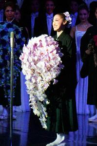 19年3月11日、本拠地・宝塚大劇場での退団セレモニーで笑顔であいさつした仙名(カメラ・筒井 政也)