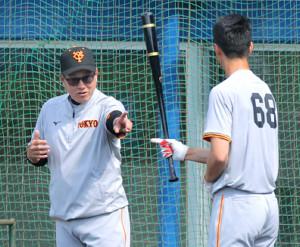 試合前の打撃練習で秋広(右)に直接指導する原監督