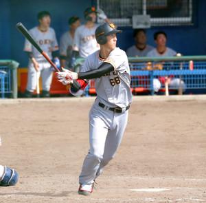 5回無死二塁、秋広が中越え適時二塁打を放つ(カメラ・関口 俊明)