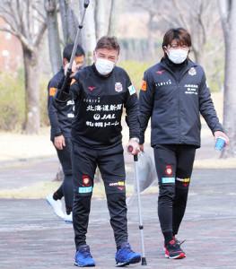 練習に合流し、つえ姿で気合いを込める札幌ペトロヴィッチ監督(左)