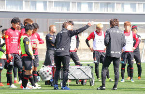 いきなりの2部練習で熱血指導する札幌ペトロヴィッチ監督(中央)