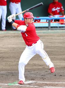 1回、軸足に重心を残す新フォームで右翼へソロ本塁打を放った鈴木誠也