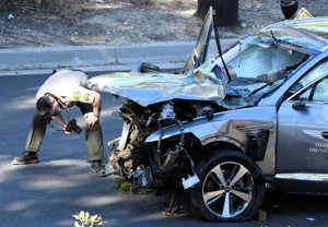 横転事故を起こし大破した自動車(ロイター)