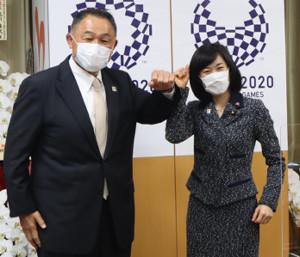 面会に訪れた山下泰裕JOC会長(左)を肘タッチで出迎える丸川珠代五輪相